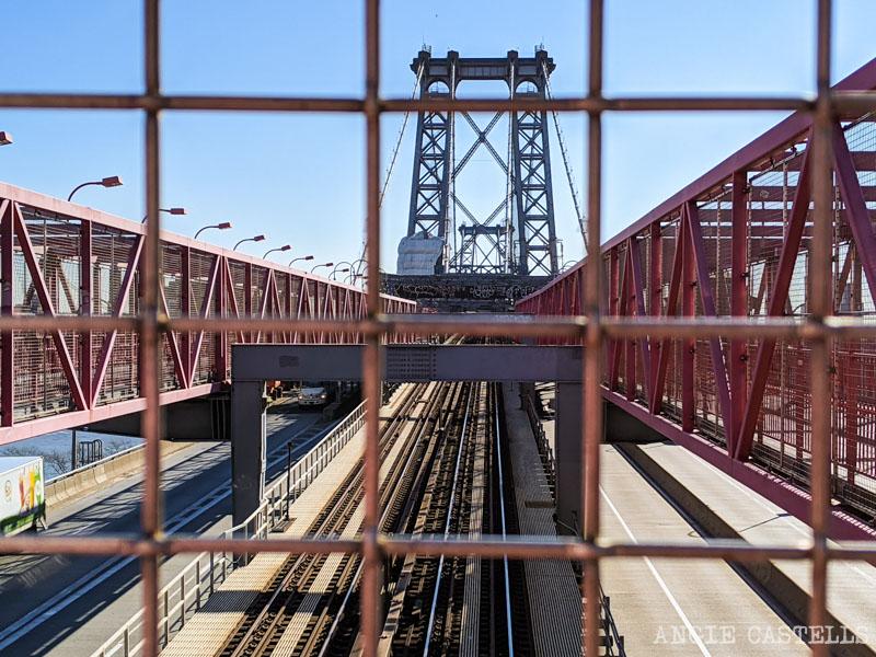 Cruzar el puente de Williamsburg a pie o en metro, en Nueva York
