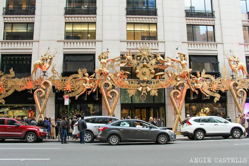 Las mejores decoraciones y escaparates navideños de Nueva York - Barneys