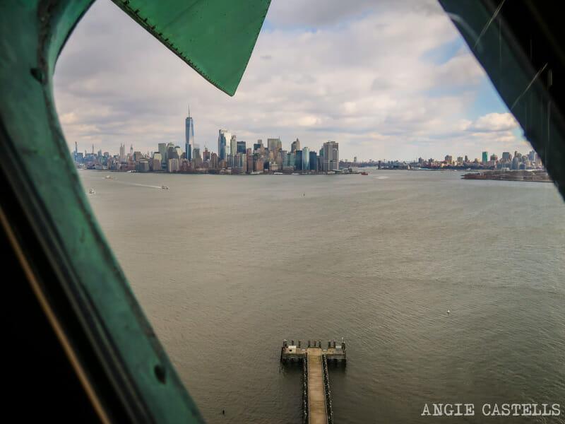 Vistas de Manhattan desde la corona de la Estatua de la Libertad