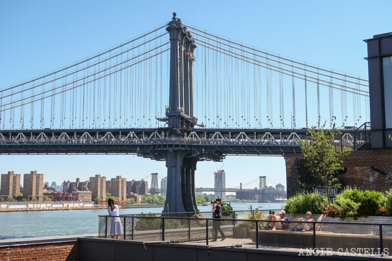 El puente de Manhattan desde la terraza del Time Out Market New York