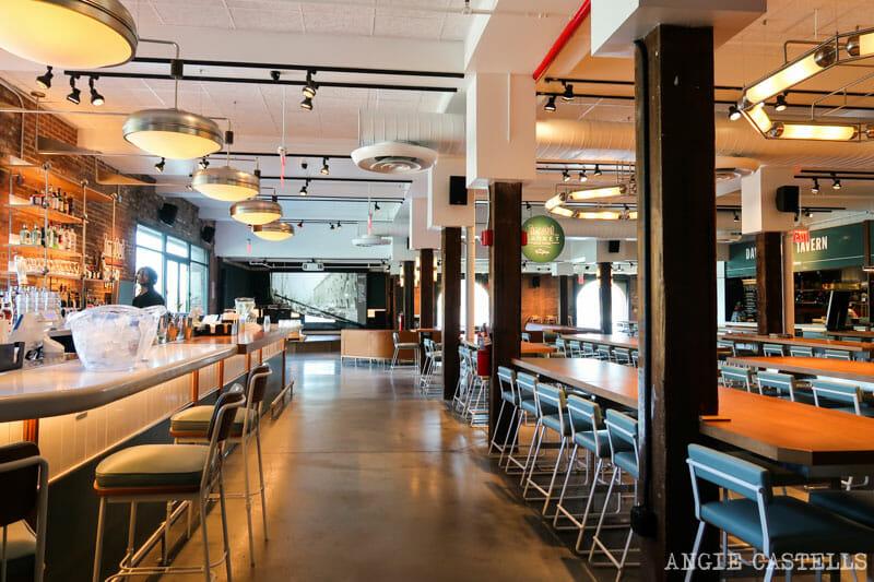 El bar de la terraza del Time Out Market de Nueva York