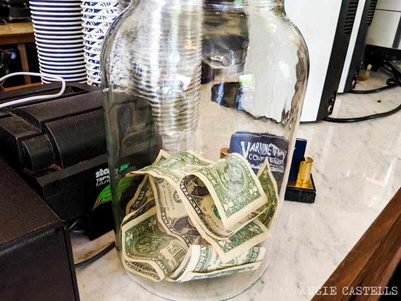 Propina para un café en Nueva York - El bote de propinas
