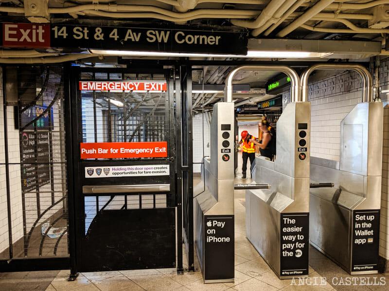 Usar el metro de Nueva York con niños - Puerta de emergencia