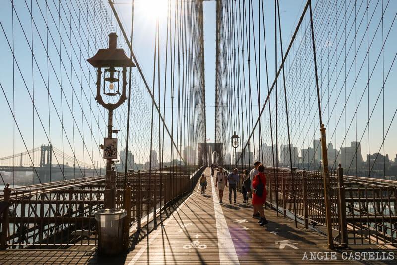 Cruzar el puente de Brooklyn desde Manhattan hacia Brooklyn