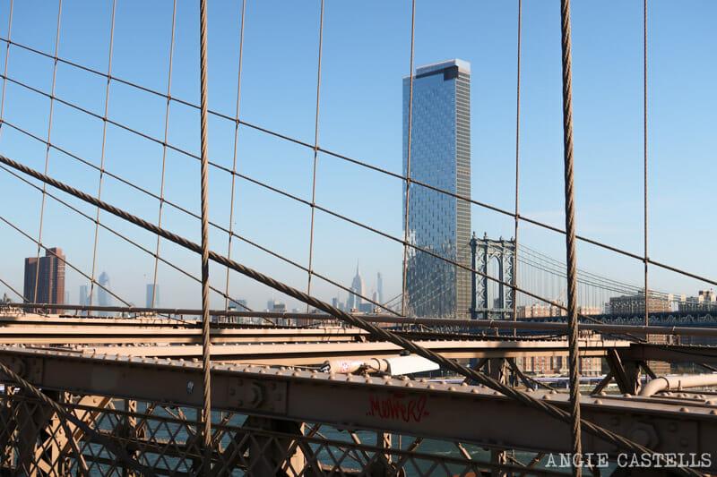 El puente de Manhattan y el Empire State Building desde el puente de Brooklyn
