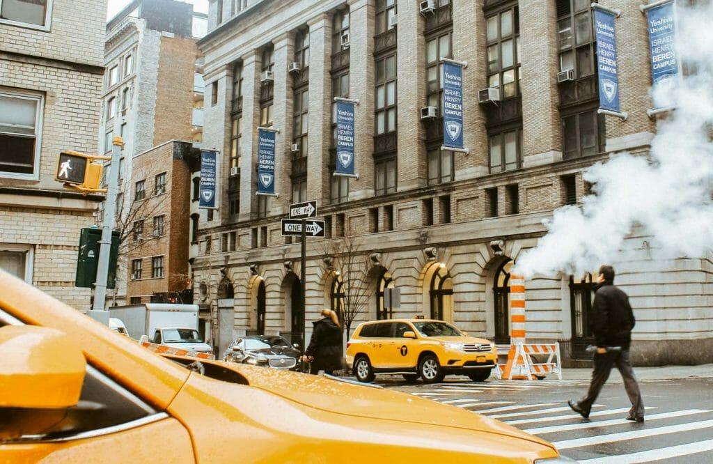 Por qué sale humo de las alcantarillas de Nueva York - Taxi amarillo
