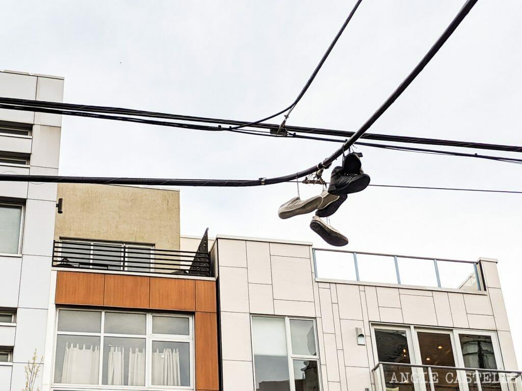 ¿Por qué hay zapatillas colgando en los cables en Nueva York?