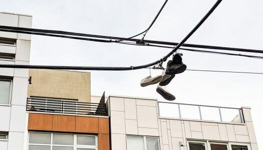 ¿Por qué en Nueva York cuelgan zapatillas de los cables eléctricos?