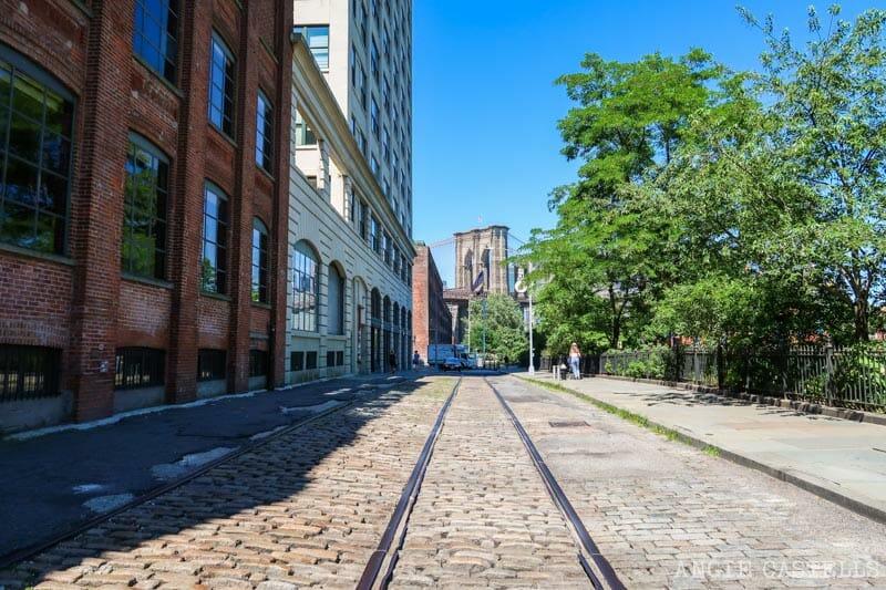 Guía de Dumbo - Vias de tren y el puente de Brooklyn