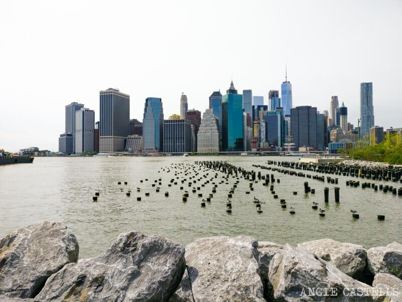 Qué ver y hacer en Dumbo - Postes de madera en el Brooklyn Bridge Park