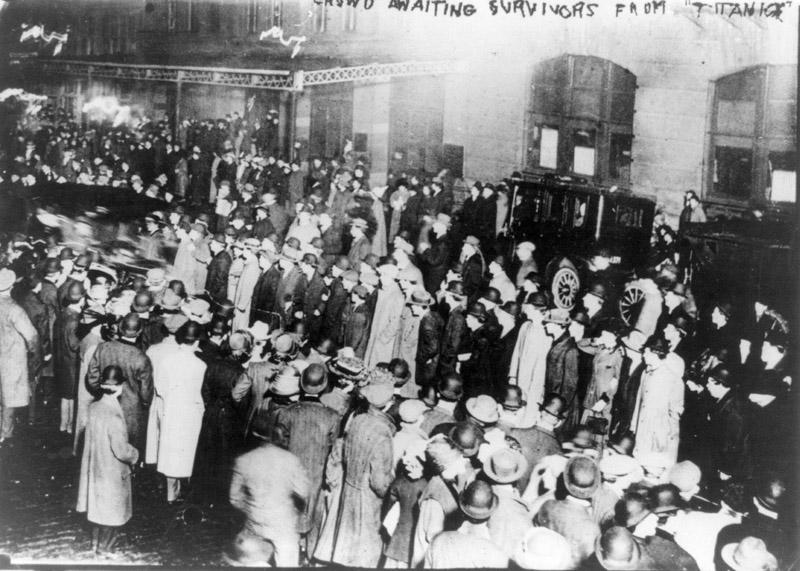 Esperando a los supervivientes del Titanic en Nueva York en el Pier 54, hoy Little Island