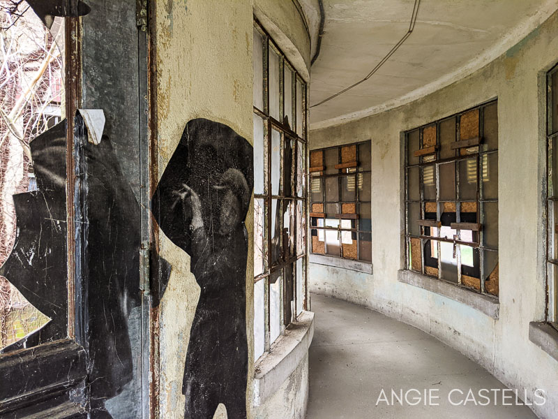 Murales de JR en el hospital abandonado de Ellis Island