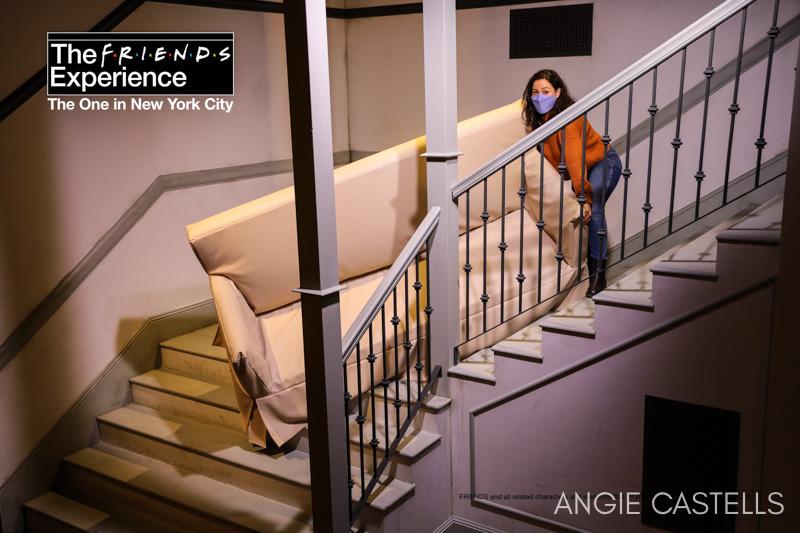 Subiendo el sofá de Ross por las escaleras en la exposición de Friends en Nueva York