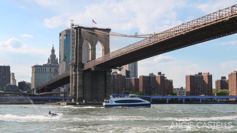 El puente de Brooklyn desde un crucero por Nueva York